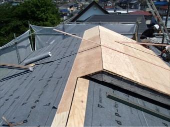 軒先から棟に向かって敷くことで、雨が屋内に侵入しなくなります