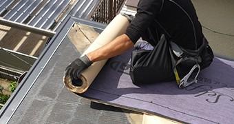 現在の屋根の上に新しい屋根を載せます