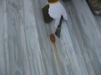 スクレーパーで表面の錆を削り落とします