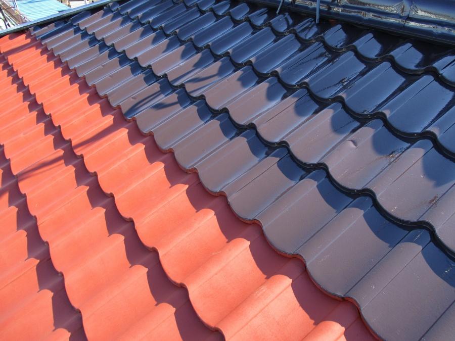 板金屋根塗装の中塗り塗装中です