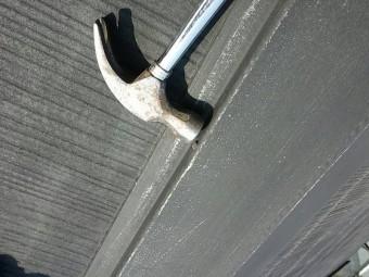 棟板金の浮き釘の打ち込み中です