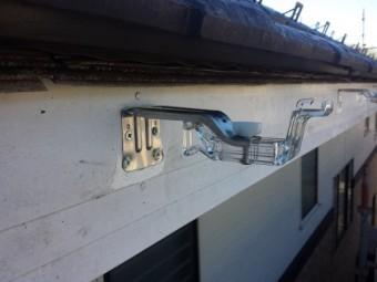 新しい軒樋金具を取り付けました