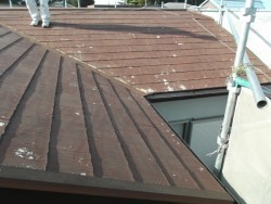 コロニアル屋根の施工前の写真です