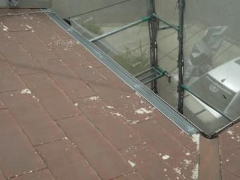 屋根材の軒先基準になるスターターを取り付けます