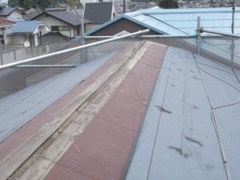 棟の垂木を取り付けてルーフィングを貼っていきます