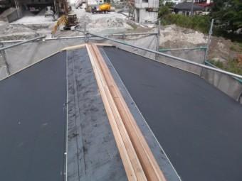軒先から屋根材を貼っていきます。