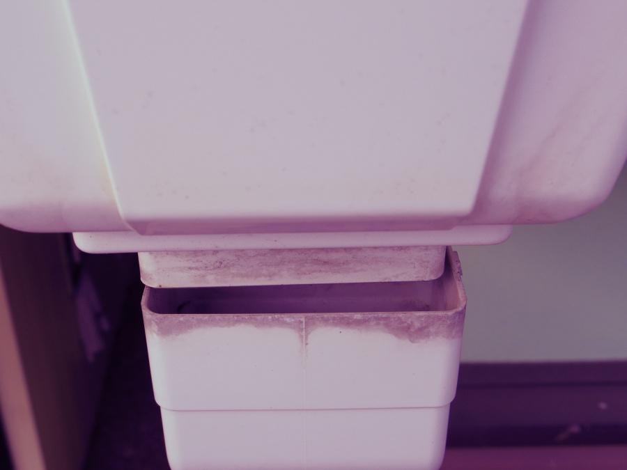 真子町、雨樋集水器の破損