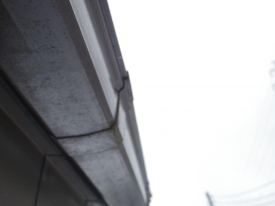 軒つなぎ手から雨水が染みています