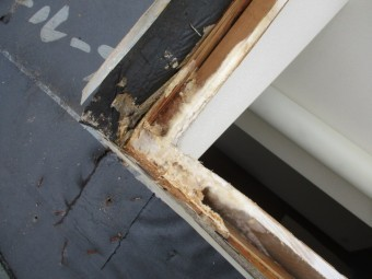 天窓の雨漏り箇所です