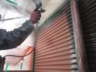 雨戸の吹き付け塗装中塗り中です