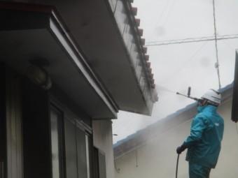 軒先の高圧洗浄中です