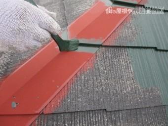 棟板金の中塗り刷毛塗装中です