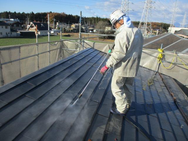 2階屋根の高圧洗浄中です