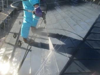 板金屋根の洗浄中です