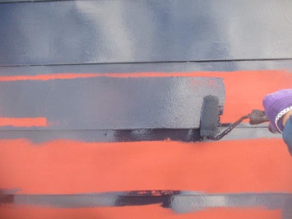 板金表面のローラー塗装中です