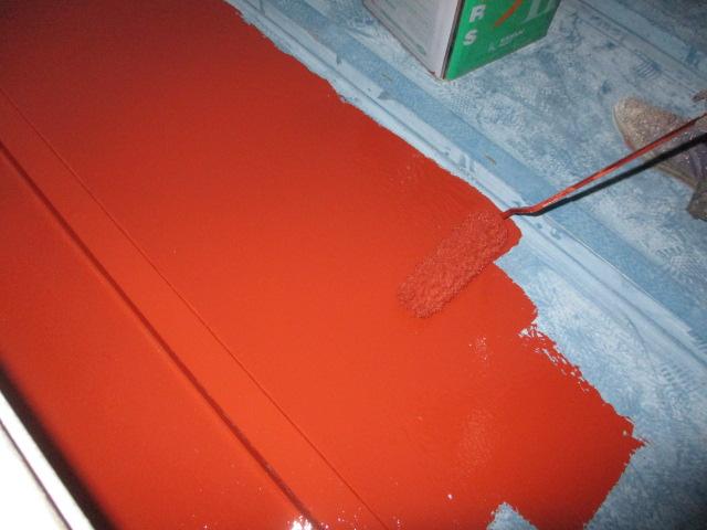 1階の瓦棒屋根のローラー塗装中です