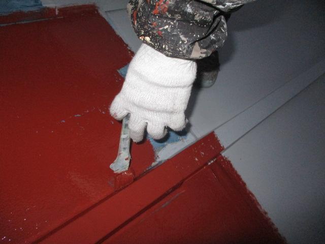 1階の瓦棒屋根の刷毛塗装中です