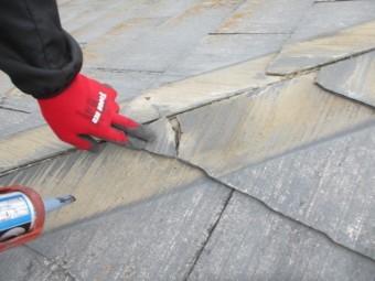 割れたコロニアル屋根材を補修中です