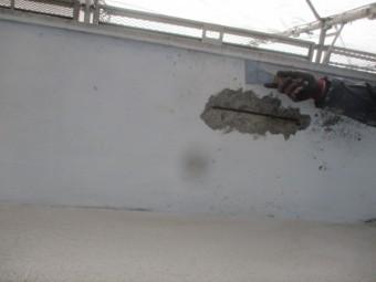 コンクリートの軒天ケレン中です