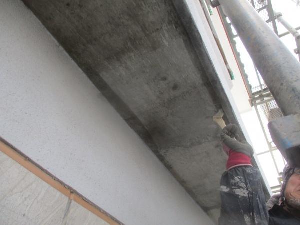 軒天コンクリート部の下塗り中です