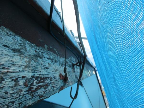 破風板に取り付けられている物をすべて撤去します