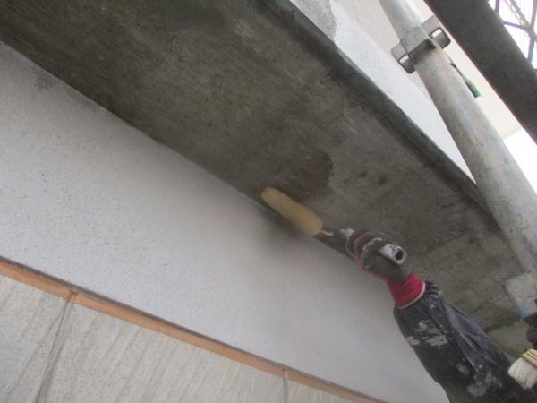 軒天コンクリート部の下塗りローラー塗装中です