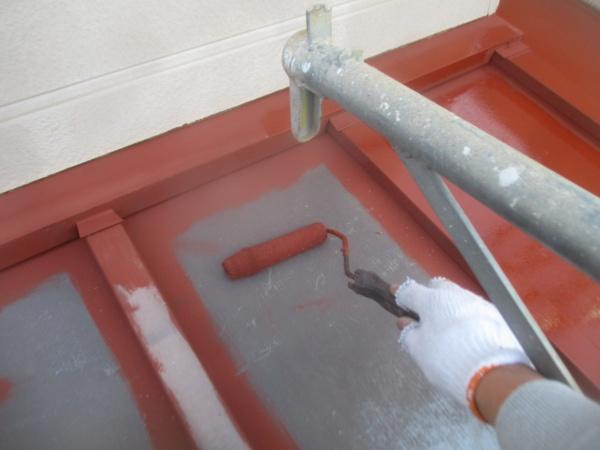 1階の板金屋根のローラー塗装をしました