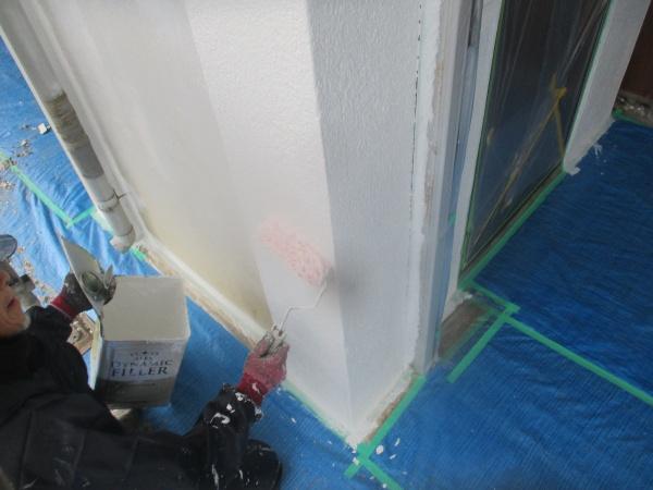 1階柱の下塗り中です