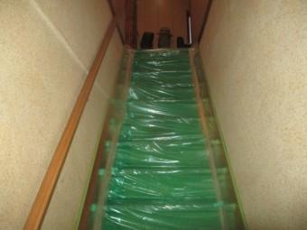 室内階段塗装の養生です