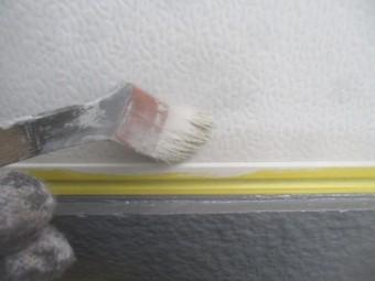 勝手口ドア中塗り中刷毛塗装中ですです