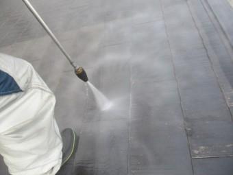 コロニアル屋根の洗浄中です