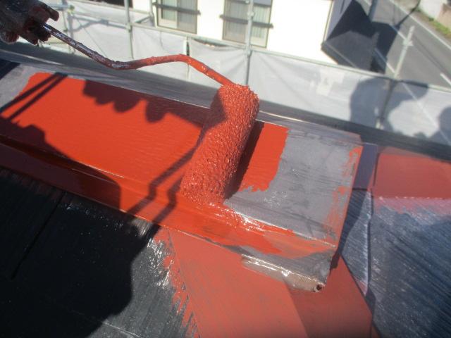 棟板金のさび止めローラー塗装中です