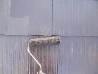 コロニアル屋根の上塗りローラー塗装中です