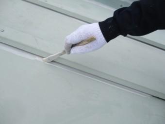 瓦棒の刷毛さび止め塗装中です