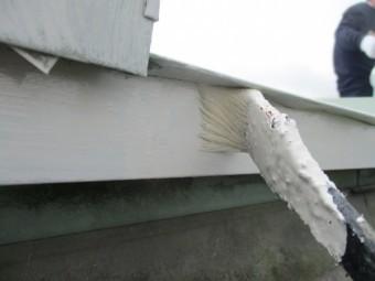 軒先水切りの刷毛塗装中です
