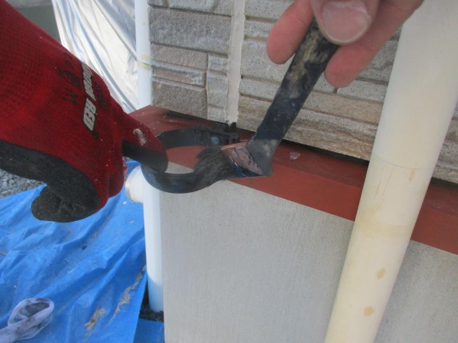 軒樋金具を中塗り中です