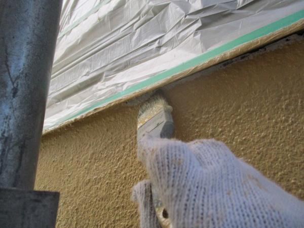南面の中塗り刷毛塗装中です