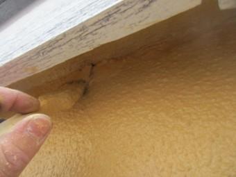 窓枠周りを刷毛塗装中です