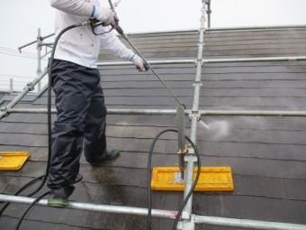屋根の洗浄中です