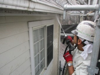 雨樋と破風板の洗浄中です