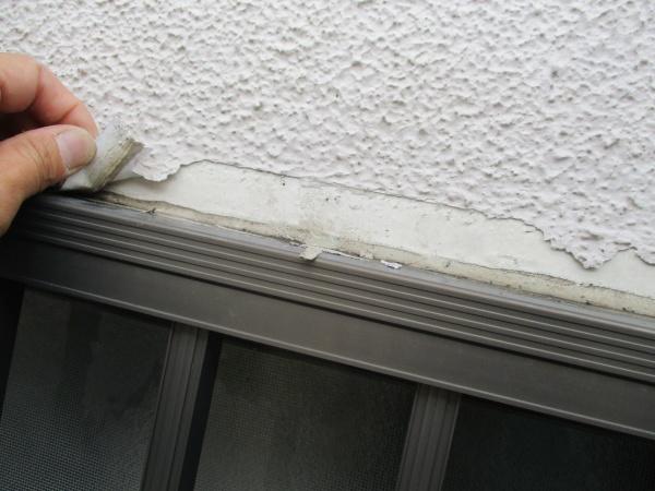 窓枠周りの下地処理中です