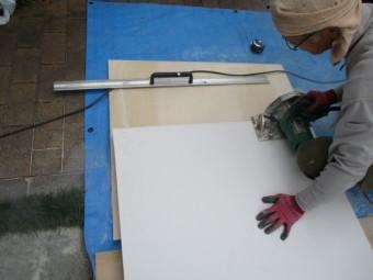 ケイカル板を加工中です