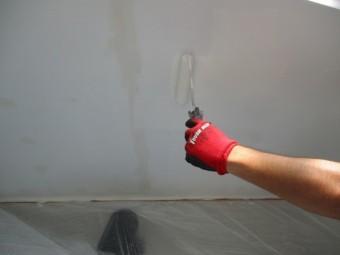 軒天中塗りローラー塗装中です