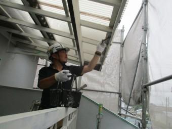 ベランダ屋根枠の塗装中です