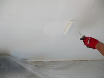 軒天上塗りローラー塗装中です