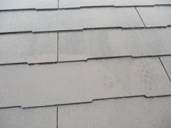 洗浄中のコロニアル屋根の状態です