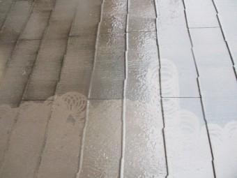 洗浄中の1階コロニアル屋根の状態です