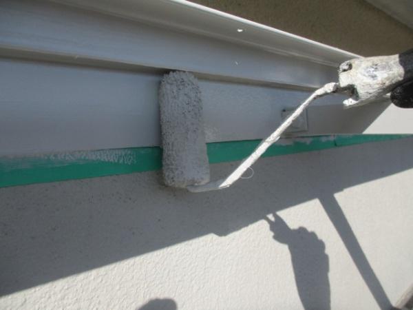 垂木掛けの上塗りローラー塗装中です