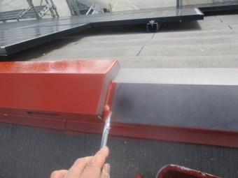 屋根棟板金のさび止め刷毛塗装中です