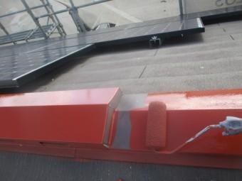 屋根棟板金のさび止めローラー塗装中です